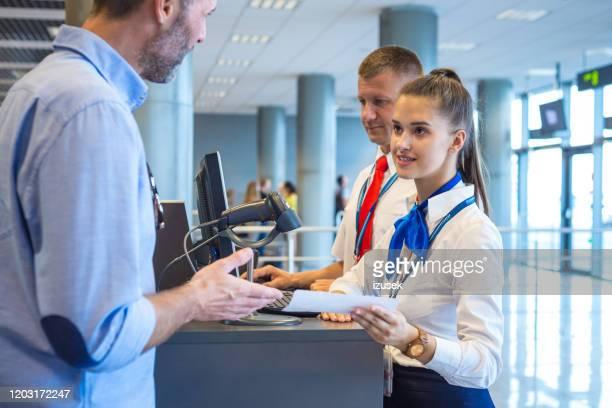 hombre abordando el avión en el aeropuerto - izusek fotografías e imágenes de stock