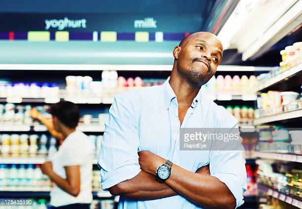 Homme ennuie de shopping dans le supermarché est assez