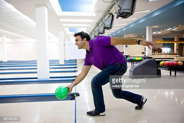 man ボーリング - ボーリング場 ストックフォトと画像