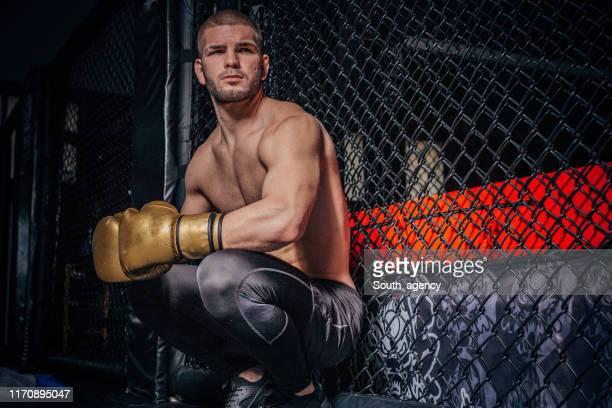 man boxer voorbereiding mentaal voor een gevecht - mixed martial arts stockfoto's en -beelden