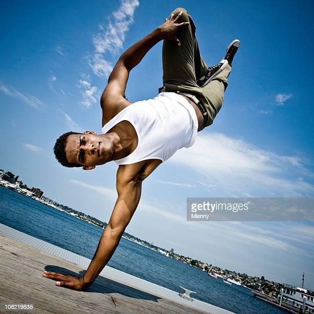 Mann Break Dance am Pier
