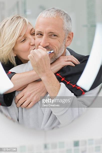 Mann Bürsten Zähne mit seiner Frau