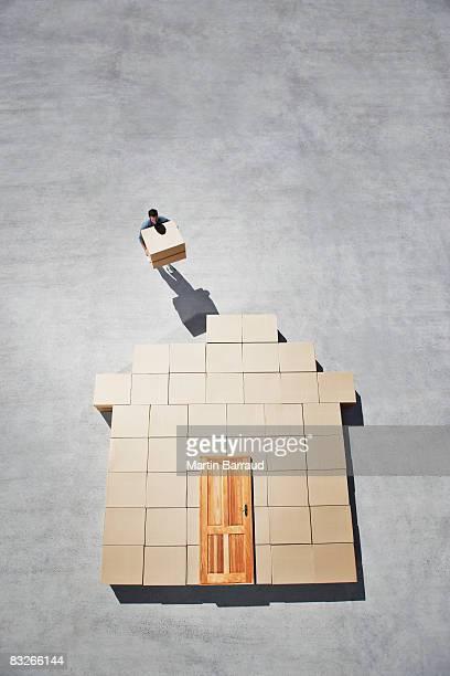 Mann Gebäude Haus Kontur auf dem Gehweg