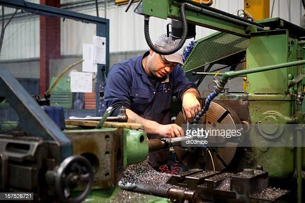 mann beschäftigt bei der arbeit in fabrik - aluhut stock-fotos und bilder