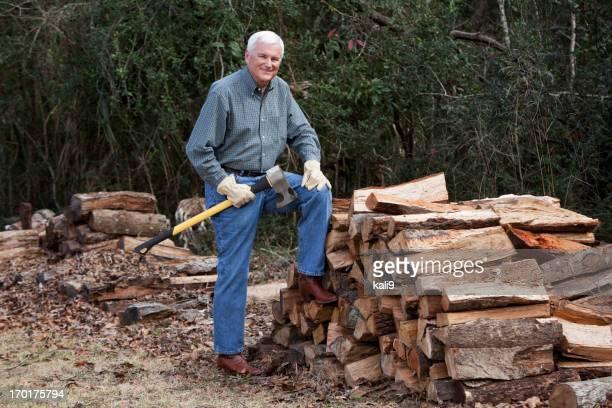 Mann mit Haufen von Brennholz