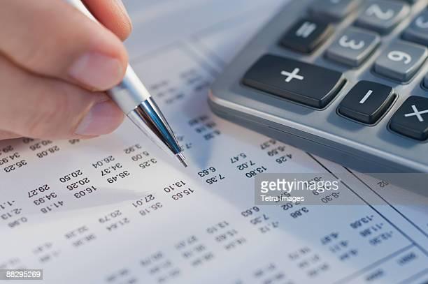 man calculating numbers - sinal de percentagem imagens e fotografias de stock