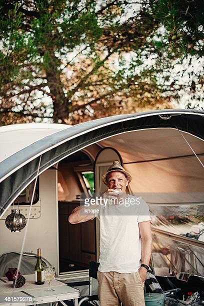 Hombre en la caravana al campamento camping