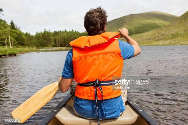 Hombre piragüismo en Lake