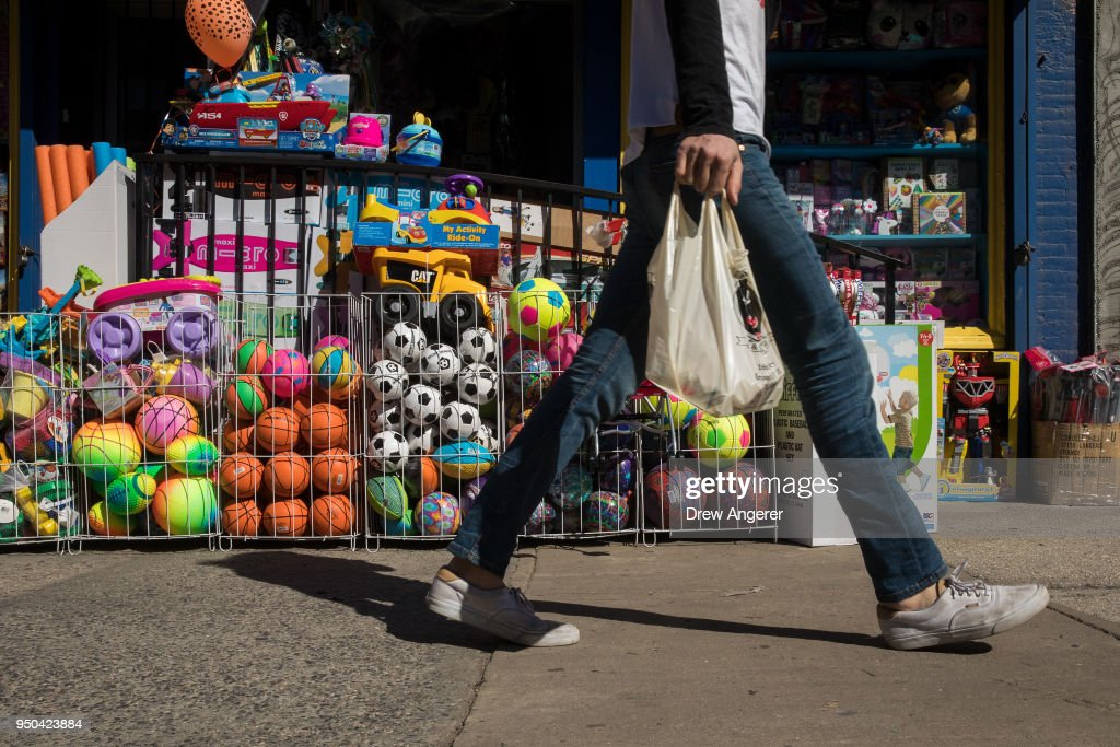 Governor Andrew Cuomo Introduces Bill To Ban Plastic Bags In New York State
