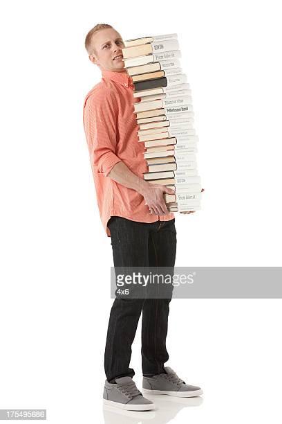 Mann tragen einen Stapel Bücher