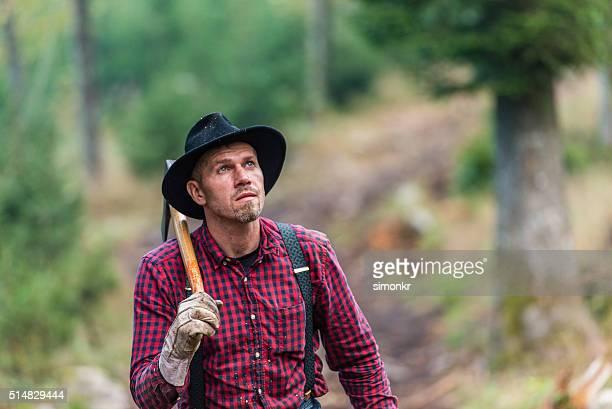 Homme transportant hache