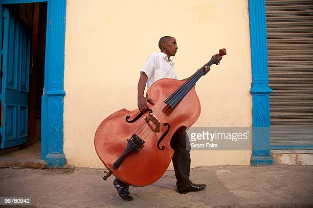 man carrying bass to gig - havana stock pictures, royalty-free photos & images
