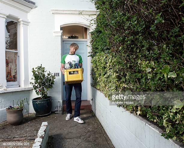 mann mit flaschen für das recycling außerhalb haus - tragen stock-fotos und bilder
