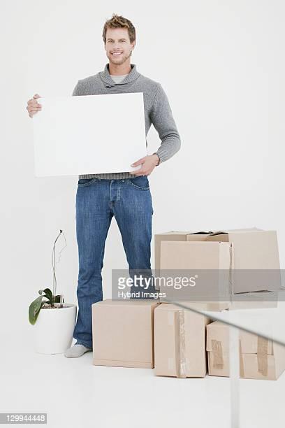 Mann mit Boxen in neues Zuhause