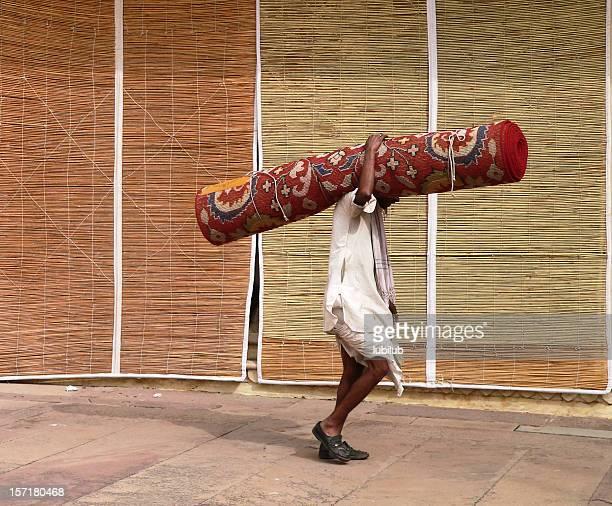 Mann mit Teppich in der City Palace Hotel, Jaipur, Rajasthan, Indien