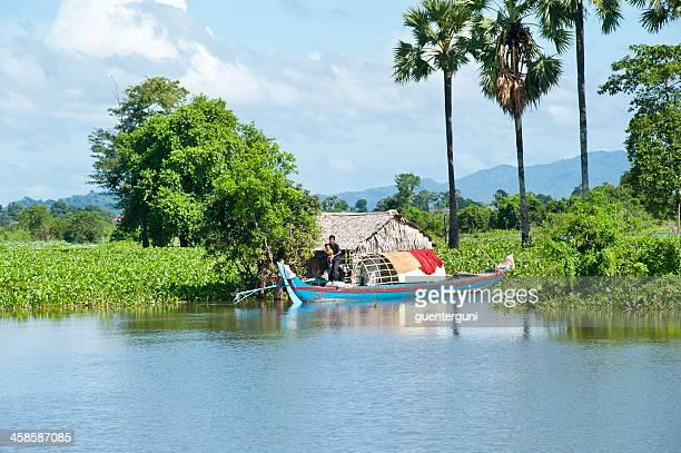 Hombre llevar su bebé en una embarcación, lago Sap, Camboya