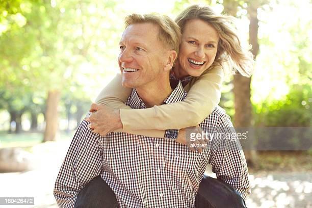 Uomo portare la moglie a Porcellino salvadanaio indietro
