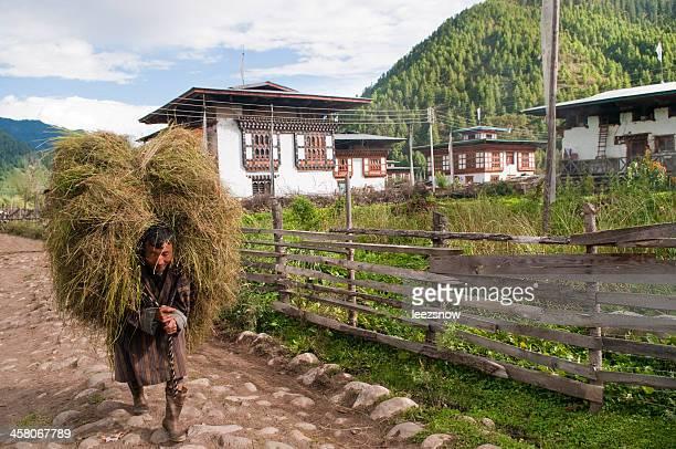 Mann mit großen Reis-Paket in Bhutan