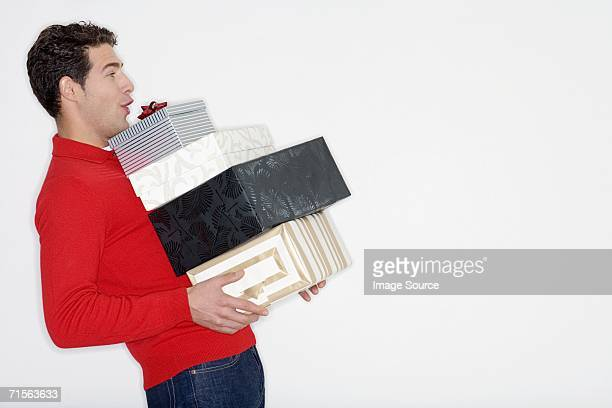 Mann mit Haufen von Geschenken