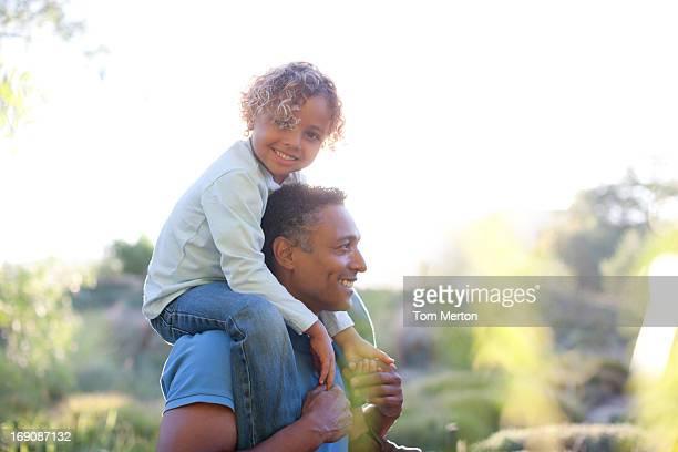 Homme portant son fils sur les épaules