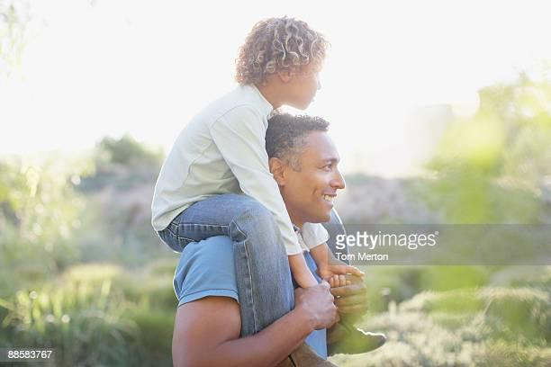 Mann mit Sohn auf Schultern