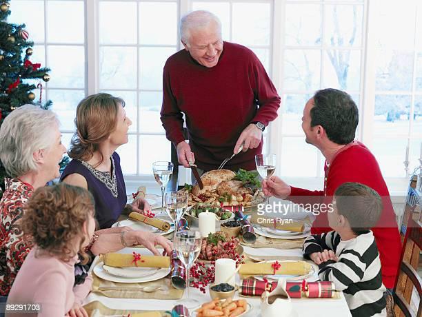 Mann Schnitzen Türkei am Tisch zu Weihnachten