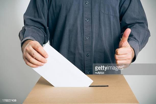 Homme lancer son vote