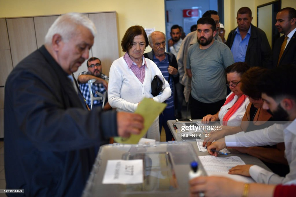 A man casts his vote at a polling station in snap twin Turkish presidential and parliamentary elections in Istanbul on June 24, 2018. - Turks began voting in dual parliamentary and presidential polls seen as the President's toughest election test, with the opposition revitalised and his popularity at risk from growing economic troubles.