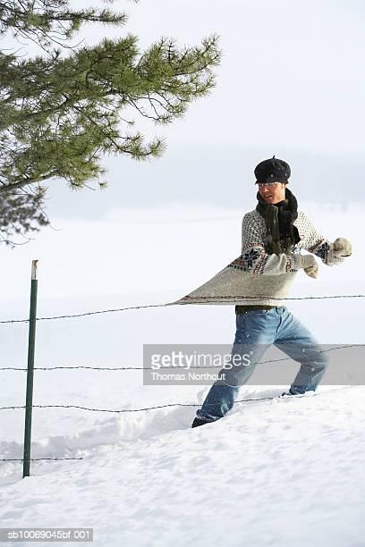 Homme surpris de clôture en fil de fer