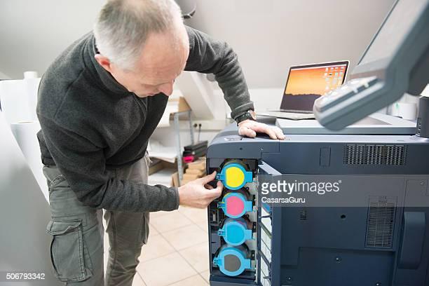 man 更衣プリンターカートリッジ - 印刷機 ストックフォトと画像