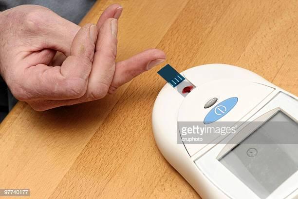 Homme enregistré la valeur de glucose sucre-test