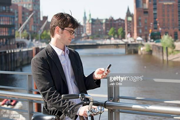 Mann überprüfen seine Nachrichten in Hamburg
