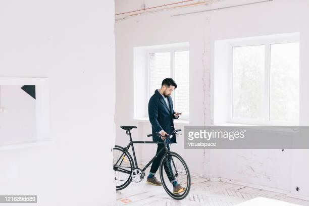仕事に行く間に彼のスマートフォンをチェックする男 - minimalist living in japan ストックフォトと画像