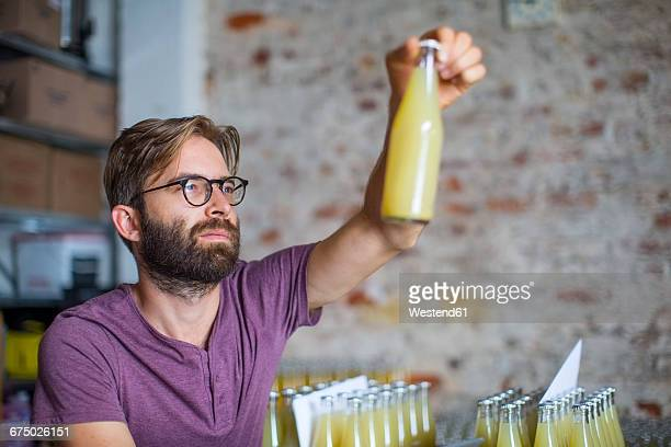 man checking stock of juice bottles in warehouse - einzelner mann über 30 stock-fotos und bilder