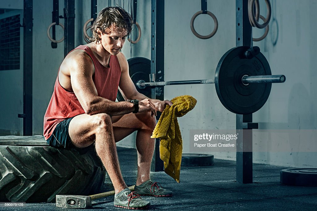 Man checking stopwatch in between interval workout : Foto de stock