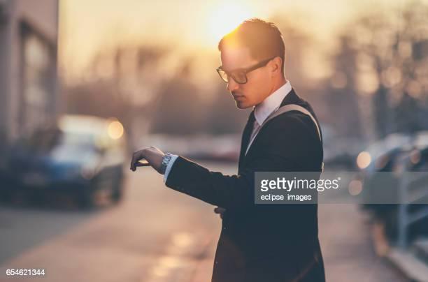 Mann auf die Uhr sehen