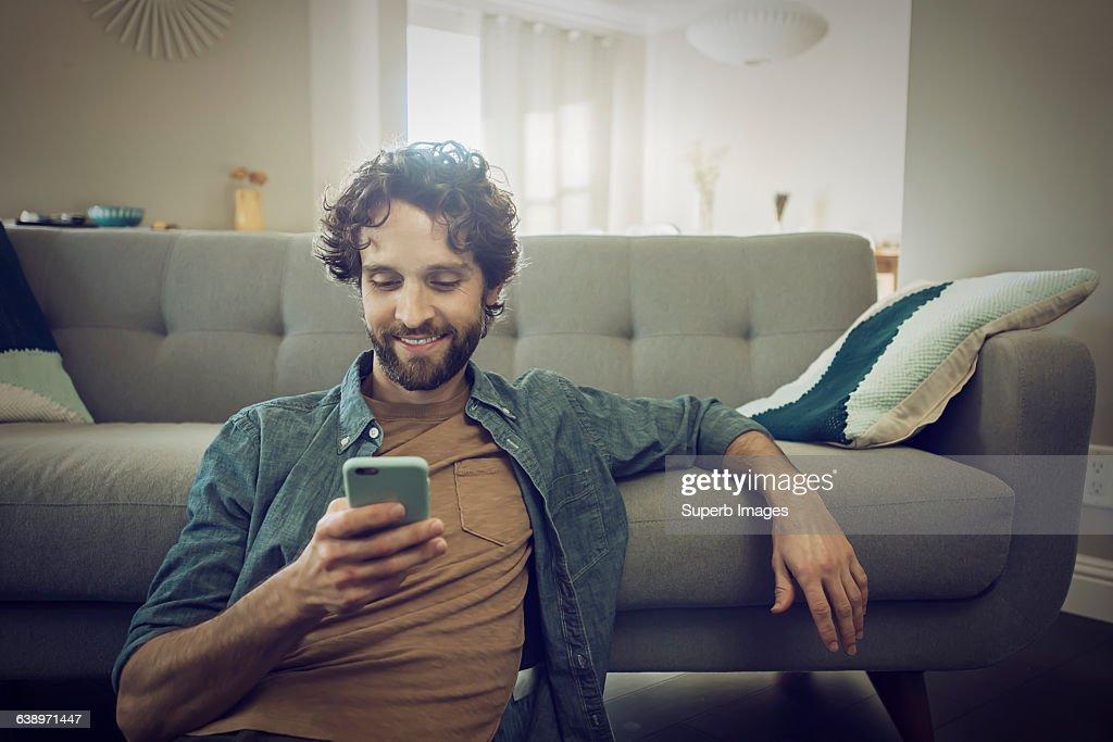 Man checks smartphone : Foto de stock