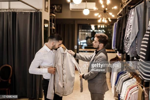 新しいシャツを選ぶ男 - menswear ストックフォトと画像