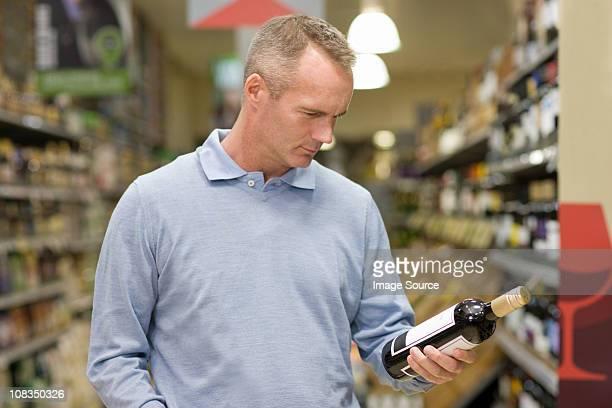 Mann Sie Wein im Supermarkt