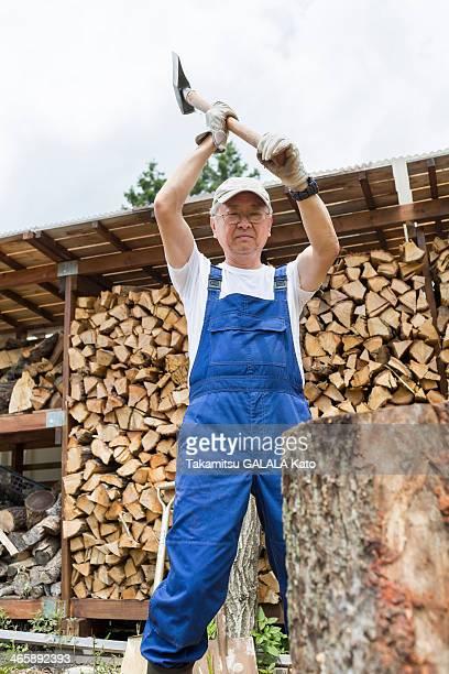 man chopping firewood - カバーオール ストックフォトと画像