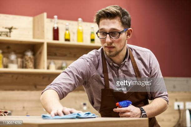 man schoonmaak bureau - hygiëne stockfoto's en -beelden