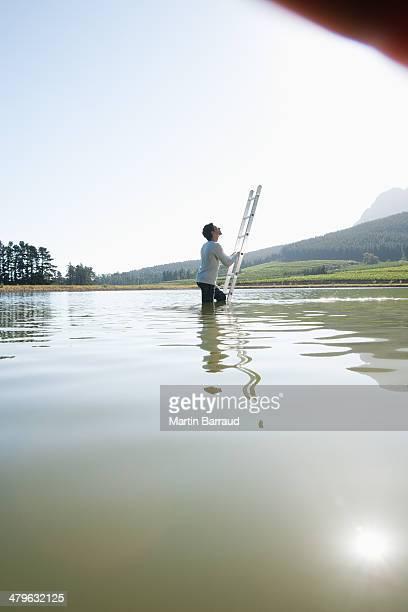 Homme escalade échelle de l'eau