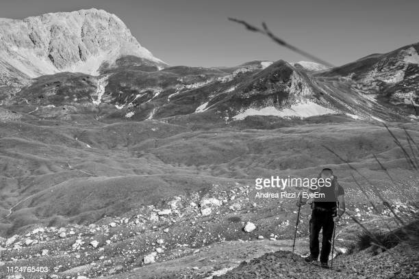 man climbing on mountain during winter - andrea rizzi fotografías e imágenes de stock