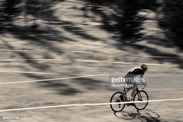 Ein Mann tritt in einem Querfeldein-Radrennen.