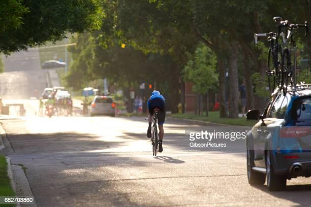 男はプロの道自転車レース中にタイムトライアルで競います。