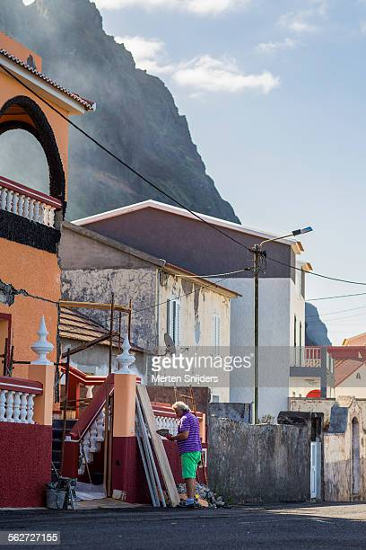 man conducting repair work on house - merten snijders stockfoto's en -beelden