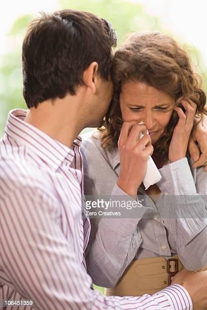 man consoling a woman - handkerchief photos et images de collection