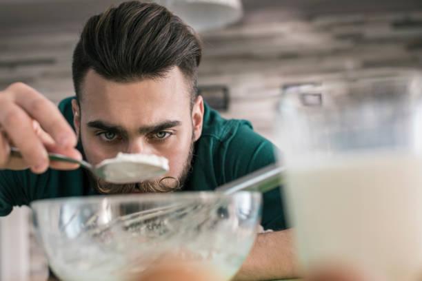 男人做飯測量他需要多少糖 - 焗 預備食物 個照片及圖片檔