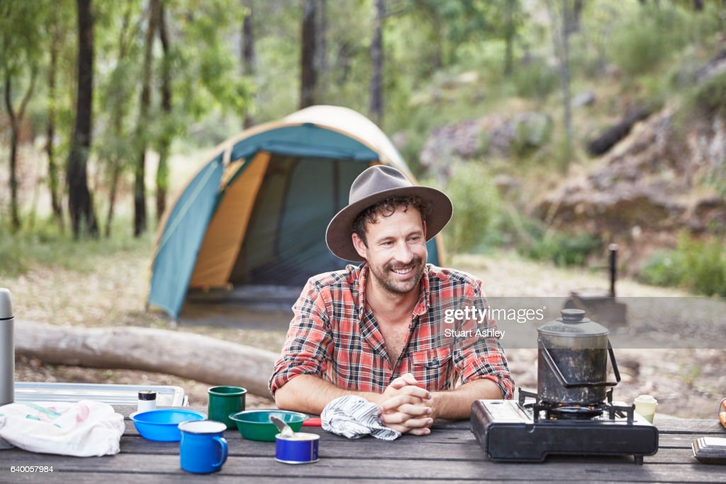 Man cooking and camping in Australian bush : Stockfoto