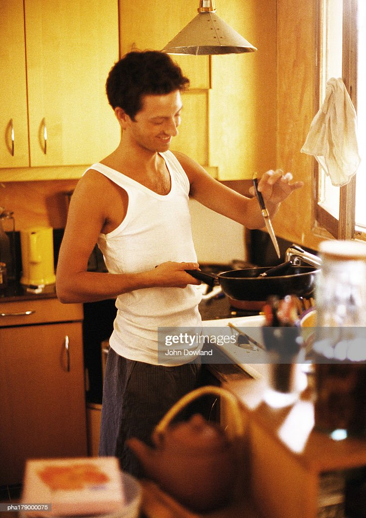 Man cooking in kitchen : Stockfoto